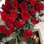 Sarggesteck mit roten Rosen